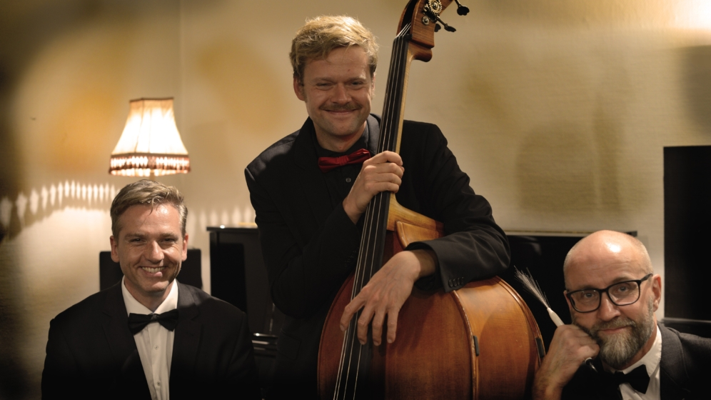 http://turbinen.dk/wp-content/uploads/2017/12/Jacob-Venndts-Fabulous-Swing-Trio_996x560_acf_cropped.jpg